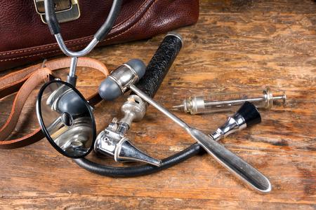 medische instrumenten: Dokterstas en antieke medische instrumenten zoals stethoscoop, reflexhamer en hoofd spiegel