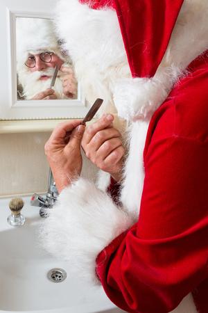 weihnachtsmann lustig: Funny Santa Claus Rasieren seinen Schnurrbart und Bart Lizenzfreie Bilder