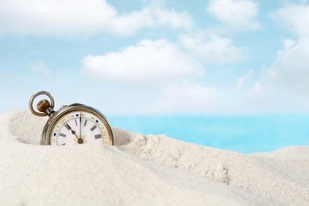 reloj antiguo: Antiguo reloj de bolsillo hermosa tendido en la arena de la playa Foto de archivo