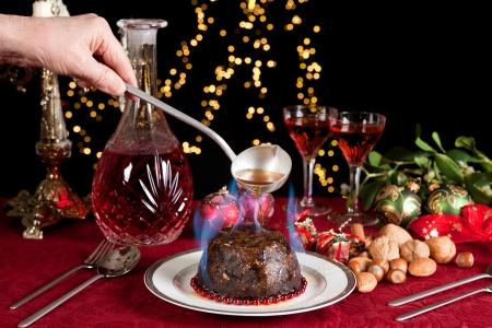 plum pudding: Serving mano sopra un Natale o prugna budino di masterizzazione Kornbranntwein  Archivio Fotografico
