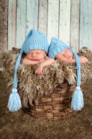 10 일 오래 된 신생아 쌍둥이 아기 잠 함께