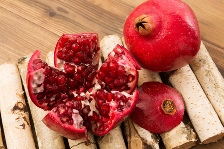 superfruit: Wooden deco table with beautiful pomegranate arils