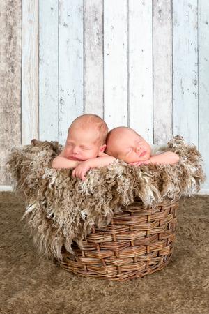 gemelas: Diez días de edad los bebés gemelos recién nacidos dormidos juntos