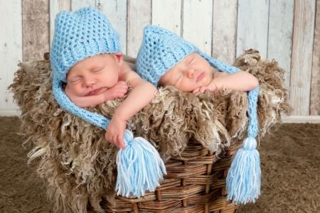 niñas gemelas: Diez días de edad los bebés gemelos recién nacidos dormidos juntos