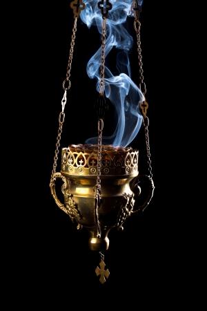 黒の背景上に分離されて吊香炉
