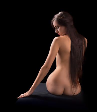 mujer desnuda sentada: Mujer desnuda joven relajado, con el pelo negro muy largo