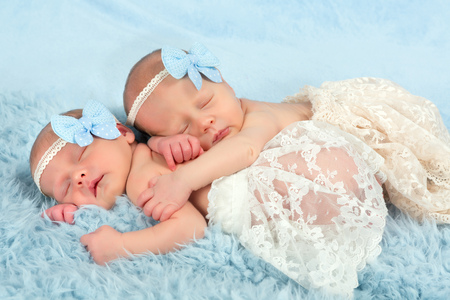 Twee schattige pasgeboren tweeling in slaap op een zachte deken