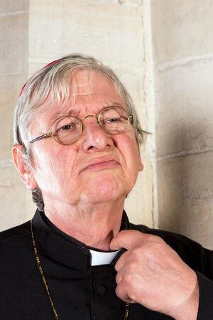 Predikant wordt geïrriteerd door het knijpen priester kraag van zijn overhemd of soutane