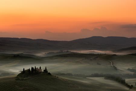san quirico dorcia: Early dawn in the Tuscan hills of San Quirico dOrcia with Belvedere villa still in darkness