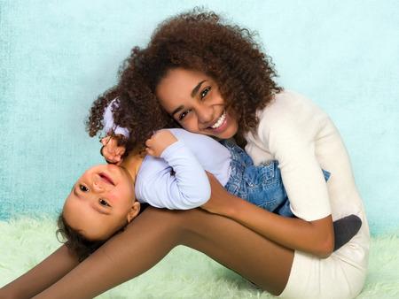 Afrikaanse moeder speelt met haar 11 maanden oude zoon