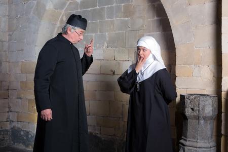 berisping: Priester geven van een jonge novice een berisping