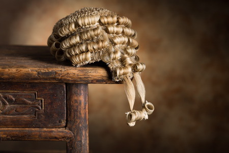Pruik antieke advocaat's liggend op een oude houten bureau