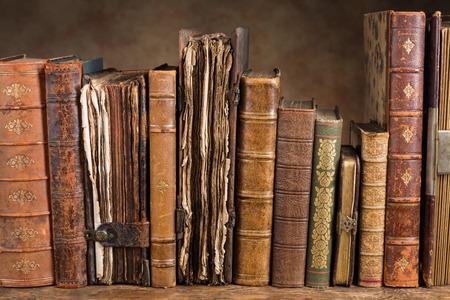 Rij van oude boeken een aantal van hen meer dan 300 jaar oud