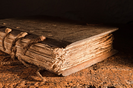 bible ouverte: Livre m�di�val de plus de 300 ans, avec un couvercle en bois sur une table sale Banque d'images