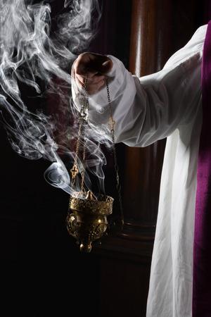 sacerdote: Quemador de incienso Iglesia en manos de un sacerdote católico