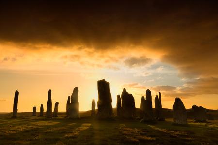 Megalitische stenen cirkel van 3000 vc op het eiland Lewis en Harris, Buiten-Hebriden, Schotland, silhouet bij zonsondergang
