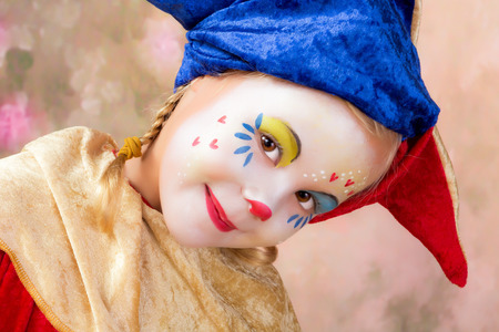 Mooie kleine clown meisje met blonde vlechten