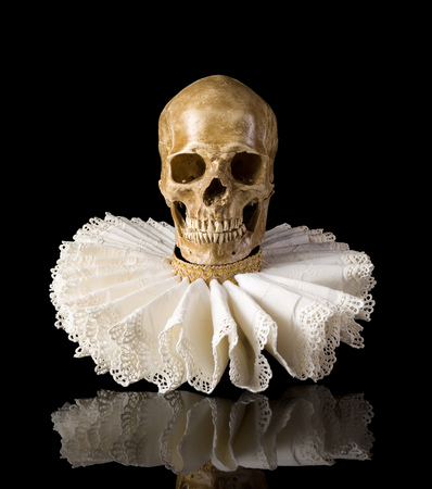jabot: Spooky skull wearing an elisabethan lace ruff collar Stock Photo