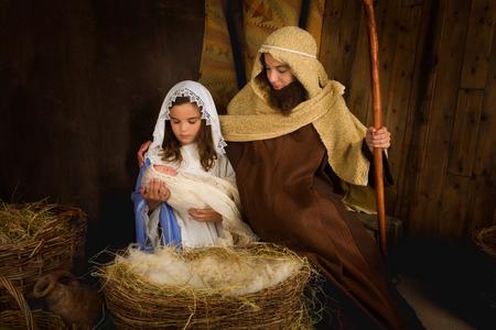 ni�os actuando: Pesebre de Navidad recrea por los ni�os y una mu�eca Foto de archivo