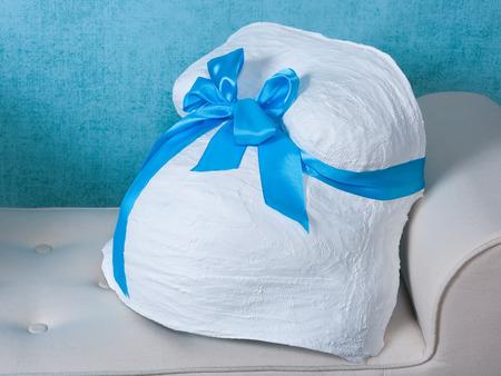 Afgewerkt gips zwangerschap buik cast versierd met een blauwe boog