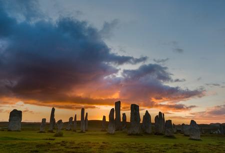 紀元前 3000 年にルイス島やハリス、日没時スコットランド、アウター ・ ヘブリディーズの巨石のストーン サークル 写真素材 - 32718888