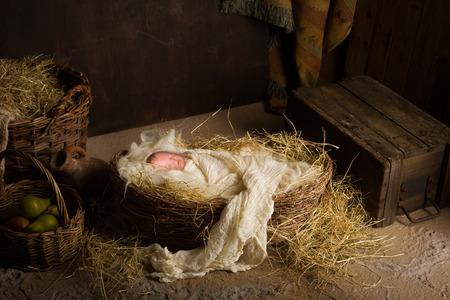 크리스마스 출생 장면에서 예수와 같은 아기 인형 연기 스톡 콘텐츠