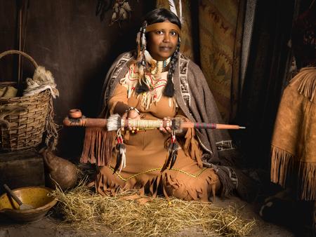 Desgastado por el tiempo narradora femenina tribal maduro hablando de los tiempos heroicos
