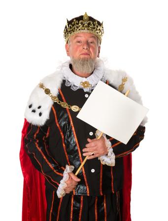 corona de rey: Rey mayor que hace un anuncio que sostiene un tablero de mensajes