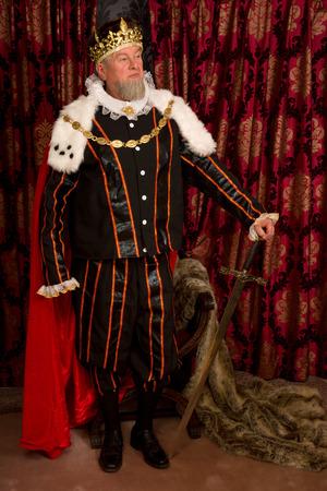 rey medieval: De pie rey medieval que sostiene su espada de oro