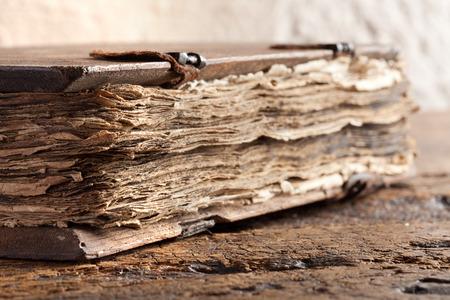 vangelo aperto: Libro Vangelo di più di 300 anni con le pagine grungy