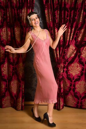 Prachtige vintage jaren 1920 dame dansen de charleston in een flapper jurk met hoofdband