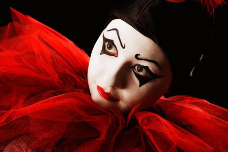 payaso: Retrato de detalle de un mimo payaso Pierrot contra negro Foto de archivo