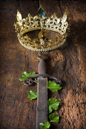 Crown King: Espada medieval antiguo y corona de oro decorada con hiedra
