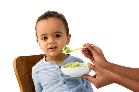 niños negros: Poco 18 meses muchacho del niño africano negarse a comer sus vegetales Foto de archivo