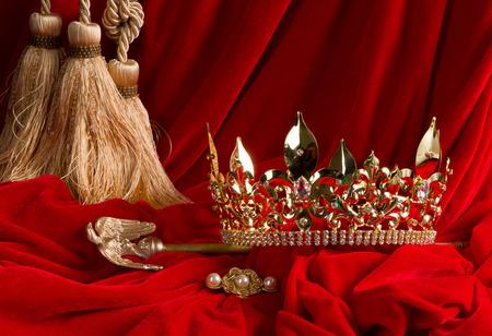 cetro: Corona de oro del rey y el cetro en terciopelo rojo Foto de archivo