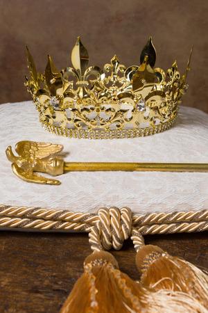 corona real: Cetro real y la corona de oro sobre un cojín de crema Foto de archivo