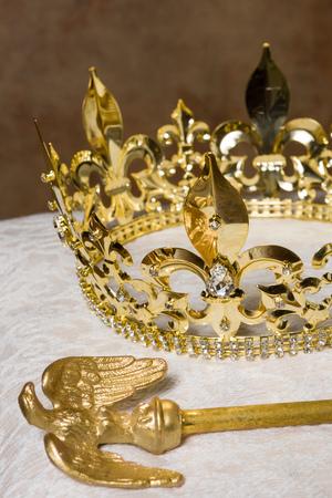 cetro: Cetro real y la corona de oro sobre un coj�n de crema Foto de archivo