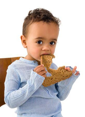 niños negros: Cute poco chico africano que come una rebanada de pan integral