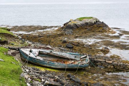 oxidado: Degradado barco de pesca tumbado en una playa rocosa en la isla de Lewis, Hébridas Exteriores, Escocia