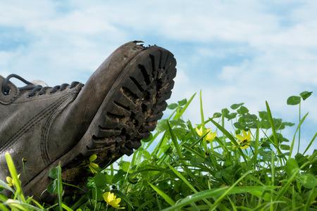 huellas pies: Gran arranque pisar la hierba en extrema s�mbolo primer por huella ecol�gica