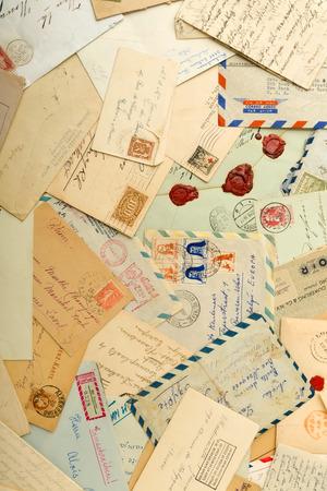 cartas antiguas: Viejas cartas y sobres repartidos en una mesa