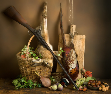 Autumn still life with hunting rifle, pheasant and hare Stockfoto
