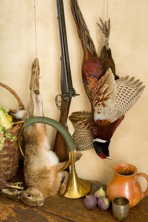 fusil de chasse: Autumn still life avec fusil de chasse, le faisan et le lièvre