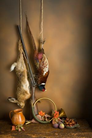 Najaar stilleven met jagen producten, fazanten en hazen Stockfoto
