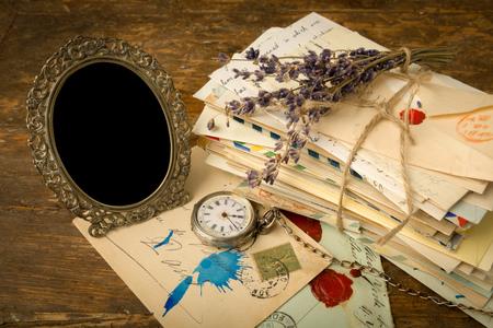 cartas antiguas: Vaciar antiguo marco de imagen y un montón de viejas cartas en una mesa de madera