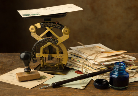 pluma de escribir antigua: Escala carta antiguo en una vieja mesa de madera con un paquete de cartas