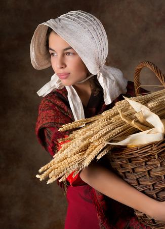 campesino: Imagen Recreación de una campesina victoriana sostiene una cesta Foto de archivo