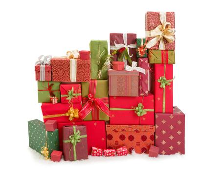 moños de navidad: Hermosa pila de regalos de Navidad con cintas y lazos