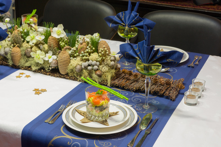 christmas meal: Decorated Christmas dinner table with seafood verrine als a starter
