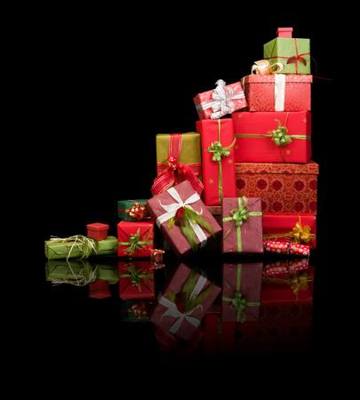 moños navideños: Hermosa pila de regalos de Navidad con cintas y lazos